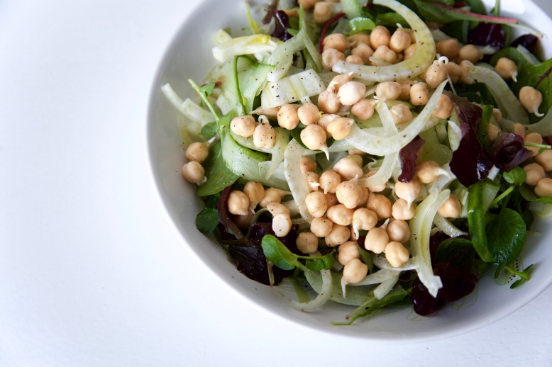 gekiemde kikkererwten salade